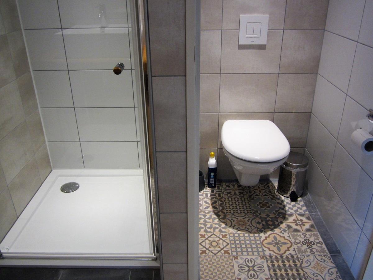 los toilet ,met deur in de badkamer