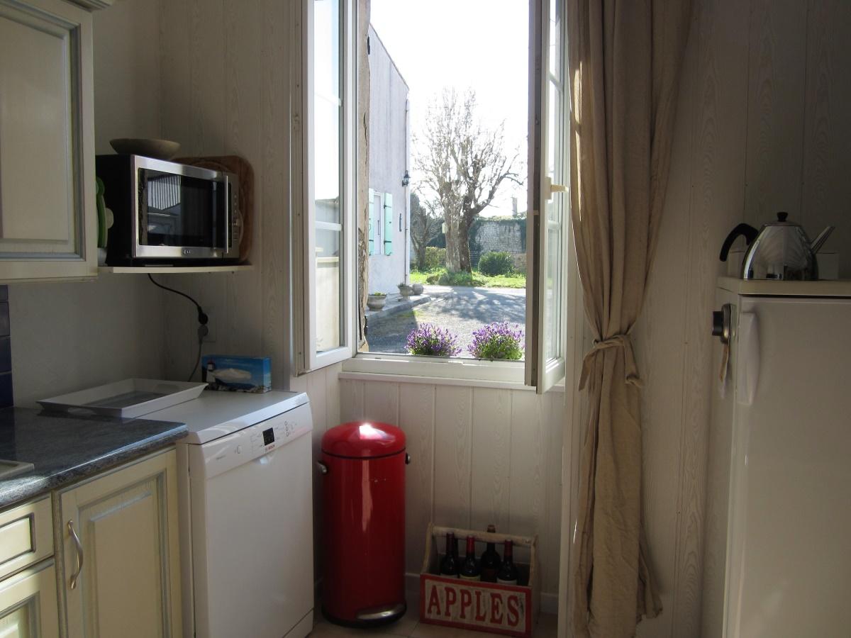 keuken met vaatwasser en grote koelkast