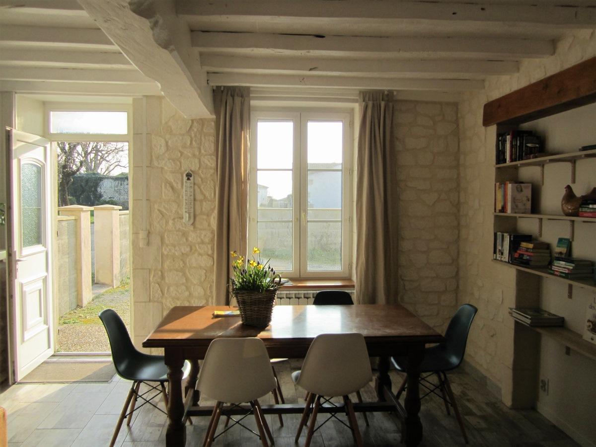 keukentafel met raam en zicht op privé-terras