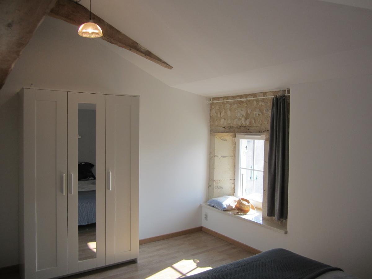 slaapkamer ingericht met grote kast en spiegel
