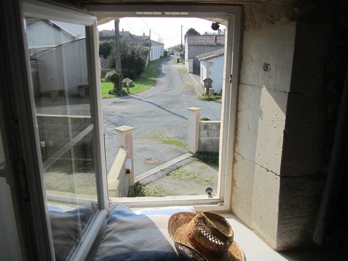 uitzicht vanuit slaapkamer op Le Petit Chenac