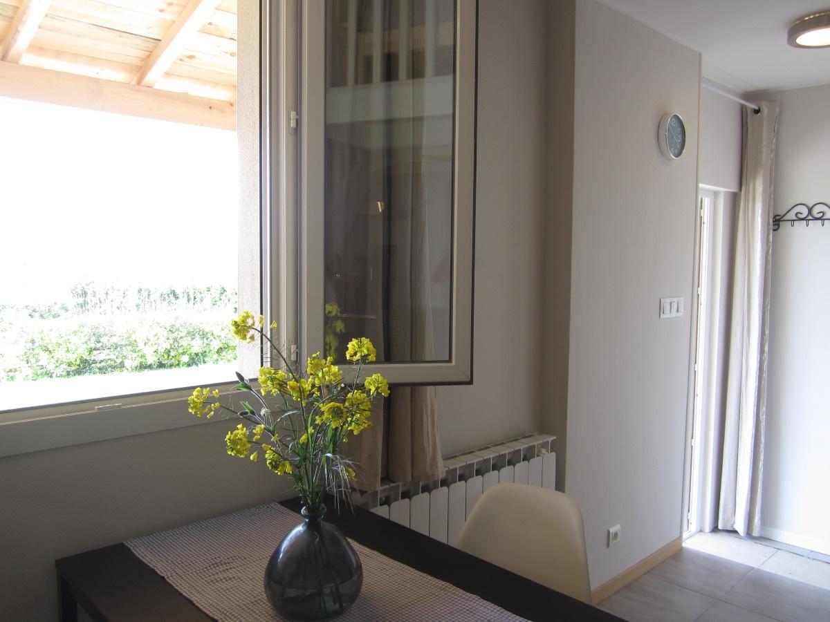 eettafel aan raam bij privé-terras Le Petit Chenac Gîtes