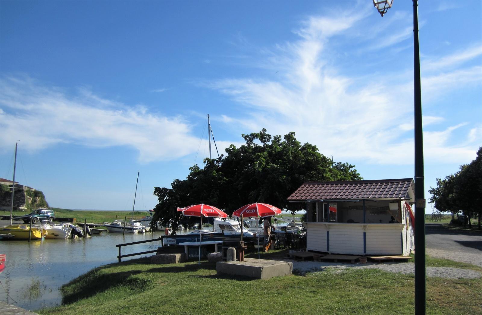 Restaurant in de haven van Chenac