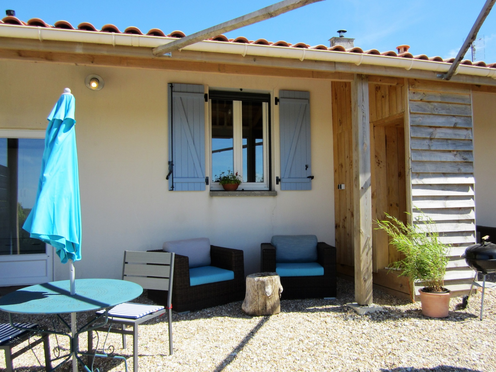 Terras en veranda vakantiewoning le Vallières bij le Petit Chenac