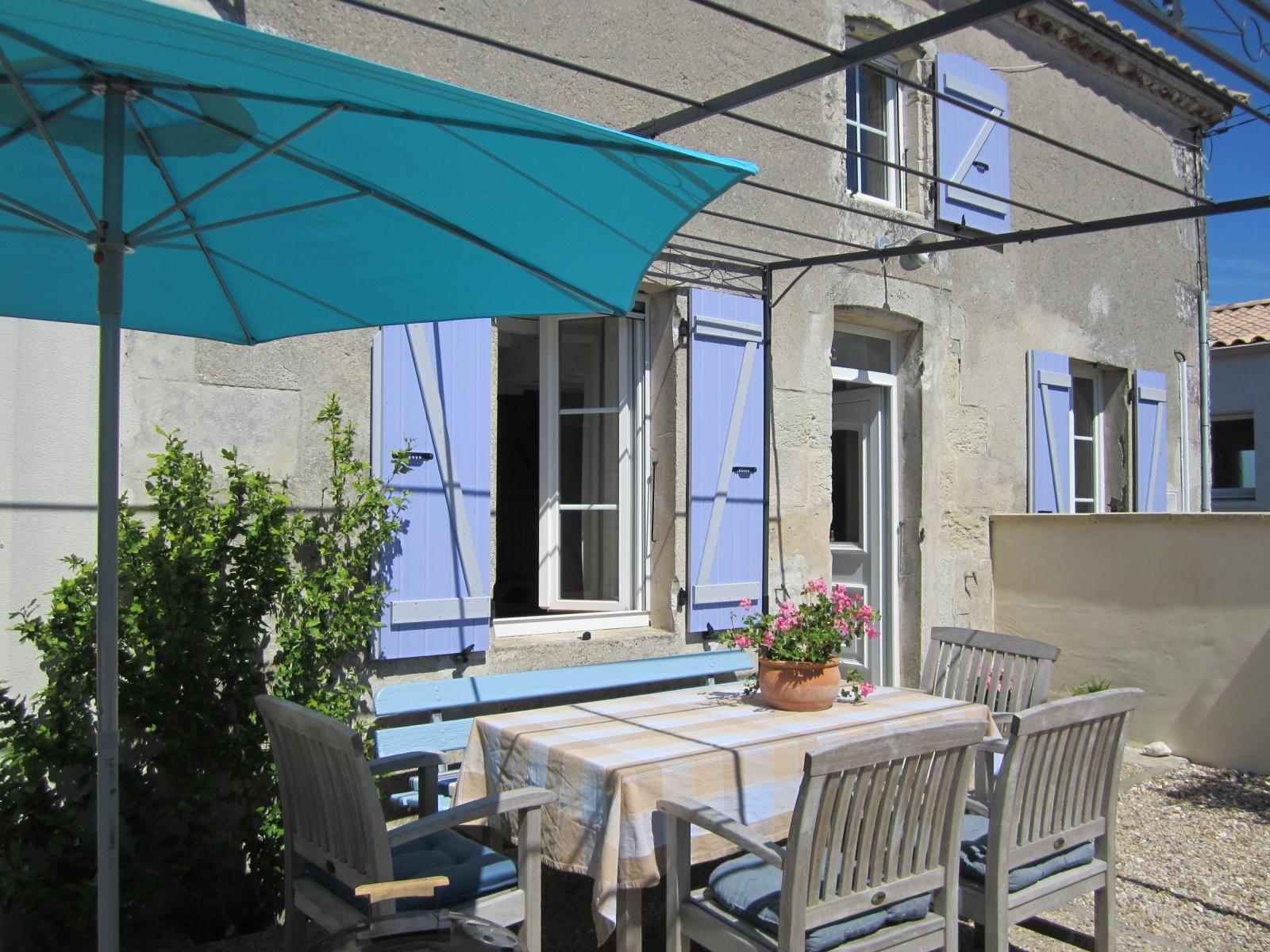 Buiten eten vakantiehuis bij Nederlanders in Charente Maritime