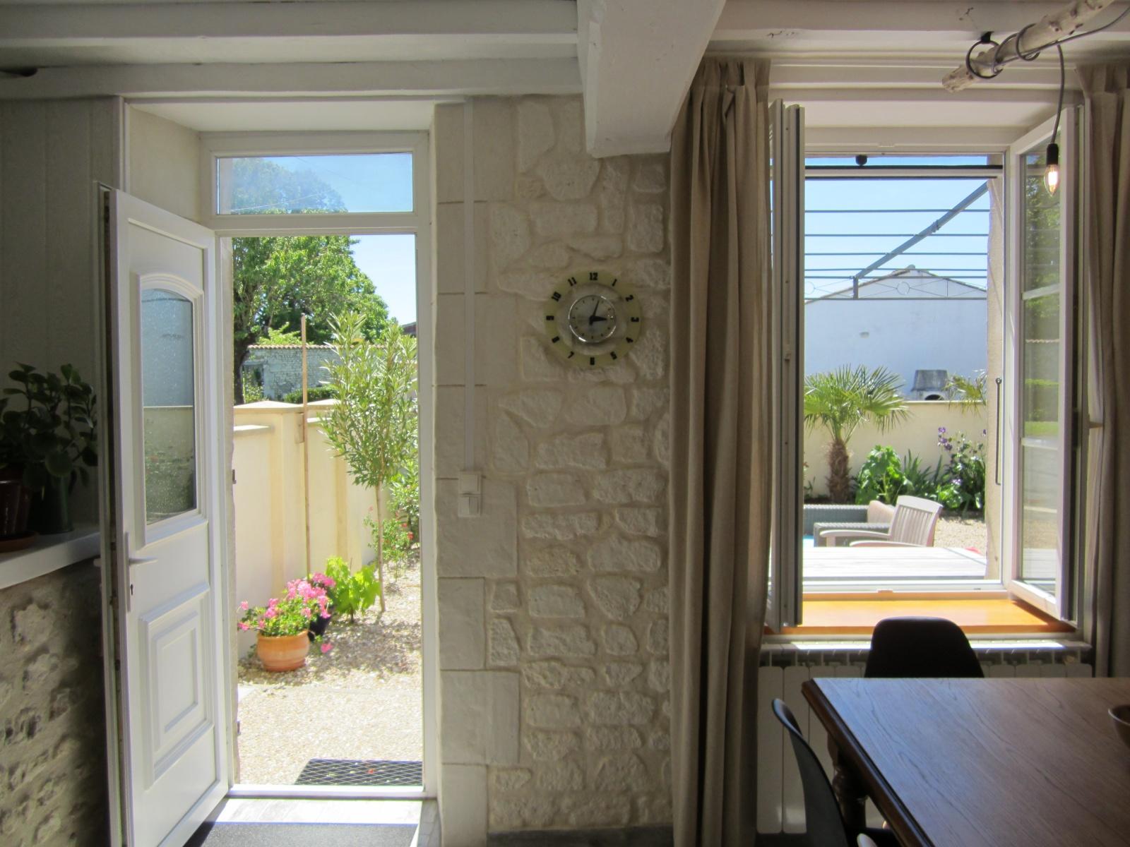 Keukentafel bij tuin Le Petit Chenac Charente Maritime
