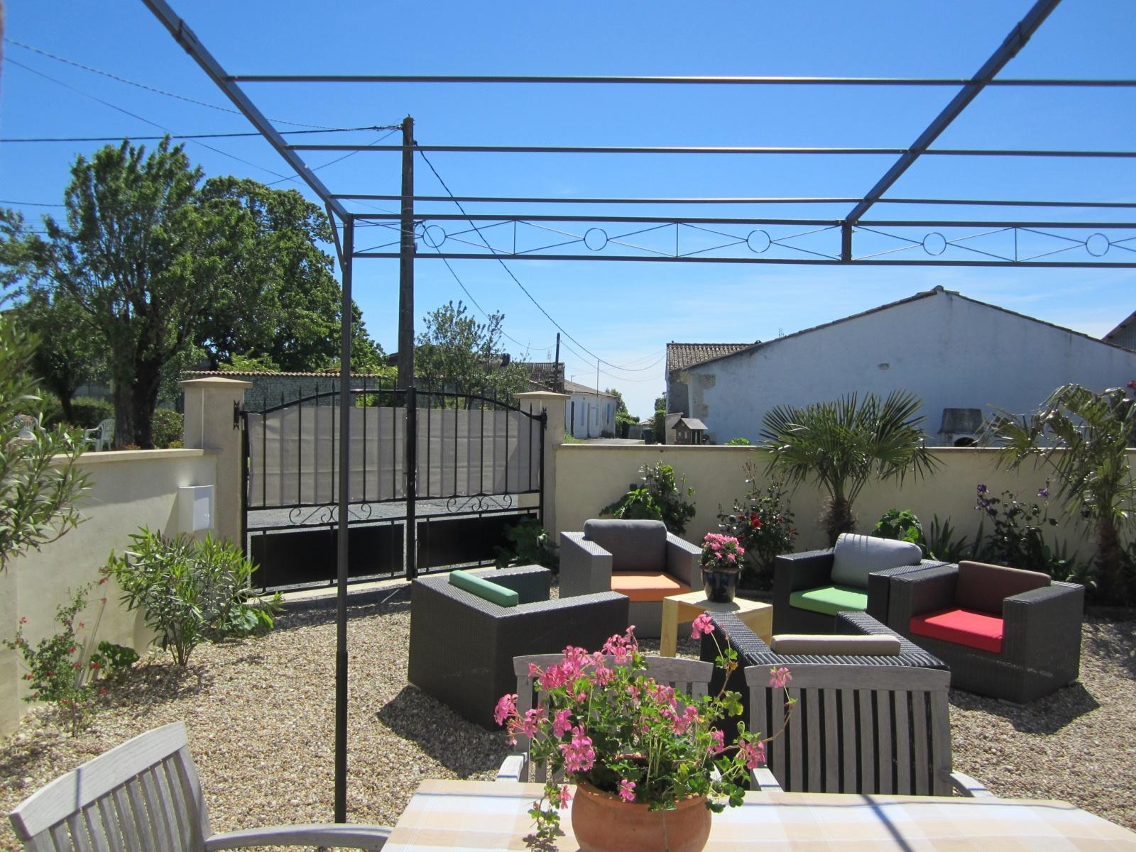 Uitzicht op tuin en straatje le Petit Chenac