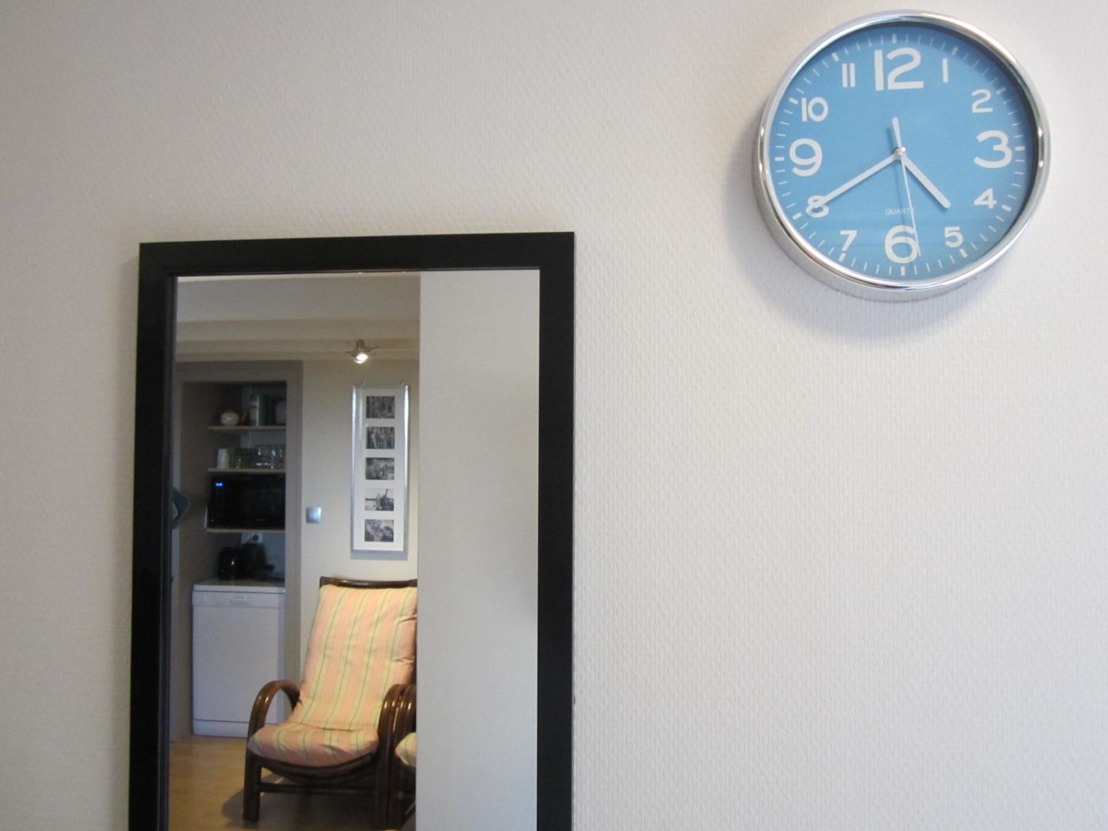 In de hal spiegel en klok